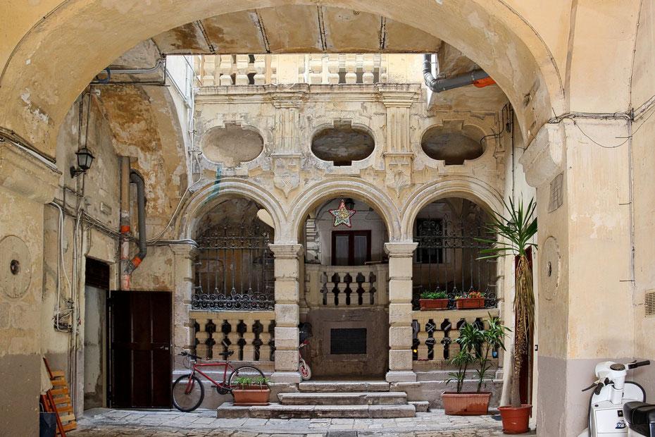 Blick in einen Hinterhof in der Altstadt von Bari...