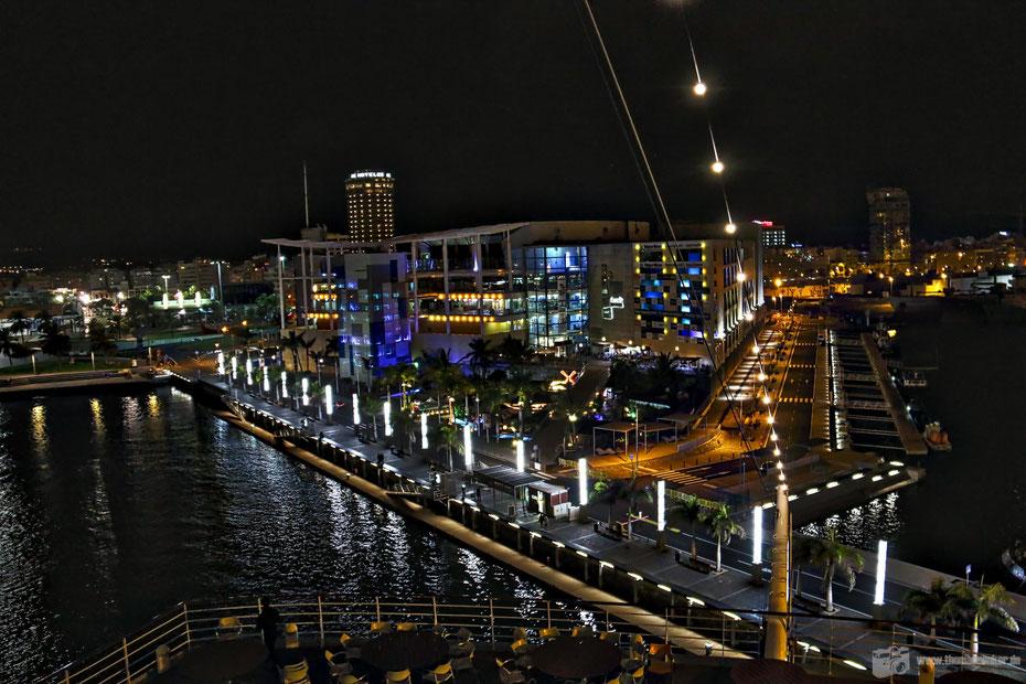 Las Palmas bei Nacht, im Vordergrund das Centro Comercial El Muelle