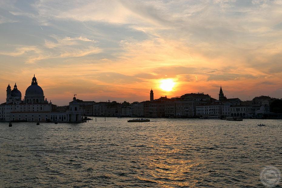 Auslaufen aus Venedig bei einem herrlichen Sonnenuntergang