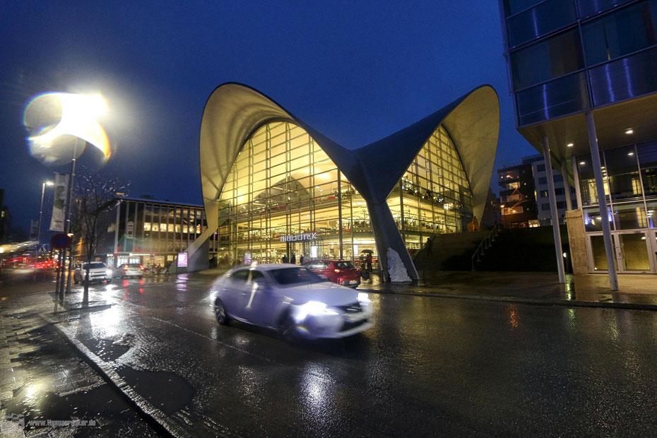 Mach auch im Regen eine gute Figur: Die Bibliothek in Tromsø