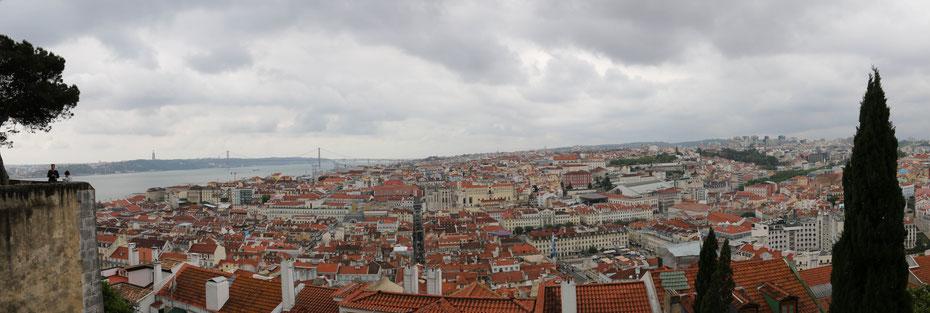 Ansicht vom Castelo Sao Jorge auf Lissabon und den Tejo