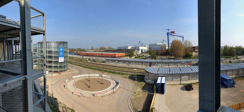 """Blick vom """"Dock Inn"""" auf das Parkhaus Molenfeuer in Warnemünde."""