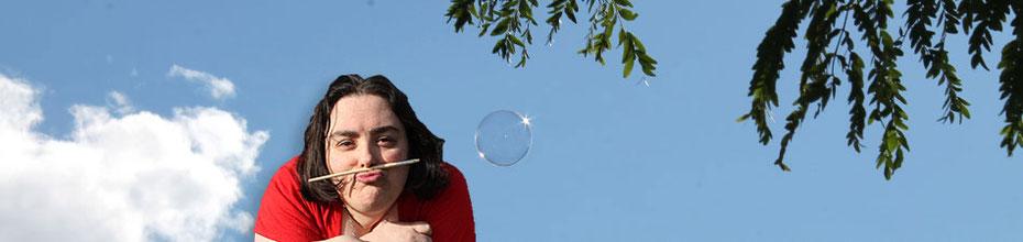 Visuel de l'illustratrice Cloé Perrotin avec une bulle de savon dans le ciel et un pinceau annonçant les licences Creative Commons pour les goodies, tutos, DIY et MOOC