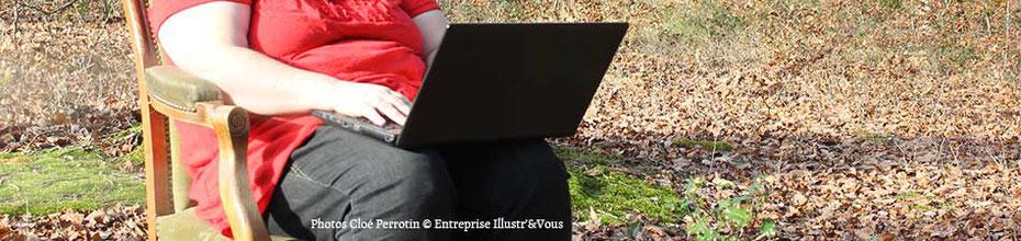 Photo de Cloé Perrotin avec son ordinateur sur un voltaire dans les bois ... pour illustrer les CGV du site de Cloé Perrotin