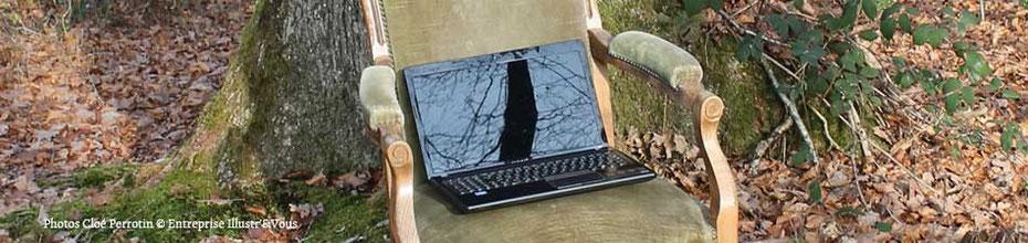 Photo d'un ordinateur sur un voltaire au pied d'un arbre dans les bois ... pour illustrer les CGU du site de Cloé Perrotin