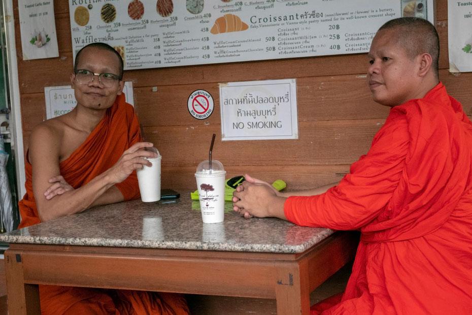 Budistų vienuoliai kavinėje prie Metalinės šventyklos