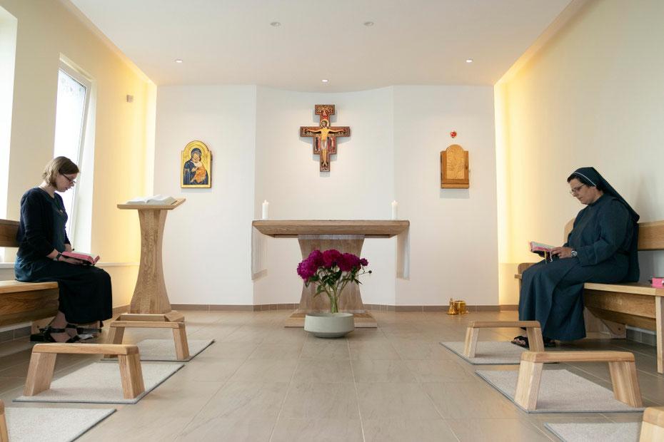 Seserys vienuolyno koplyčioje
