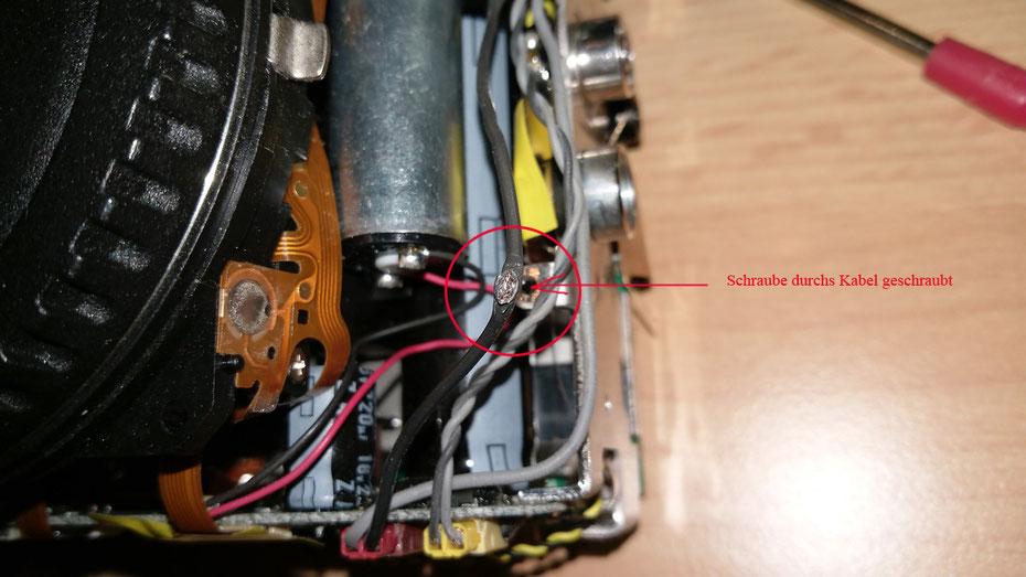 kleiner Mangel nebenbei bemerkt . Die Werkstatt die diese Kamera ist Astroversion umbaute hat dann wohl dieses Kabel eingeklemmt und verschraubt .