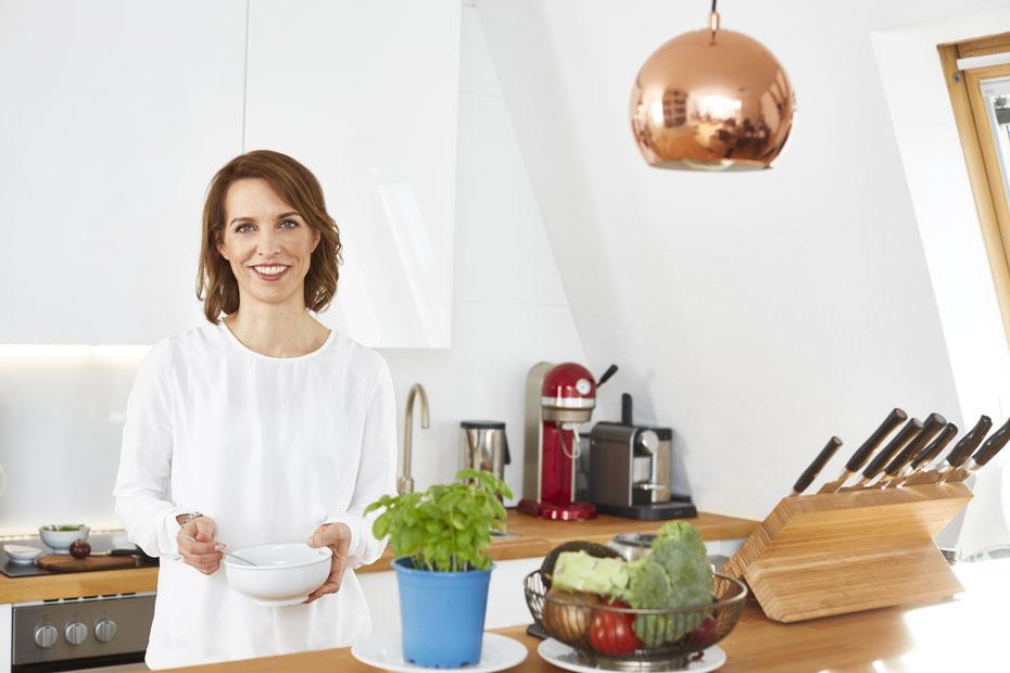 Christina Witten beim gesunden Kochen in der Küche