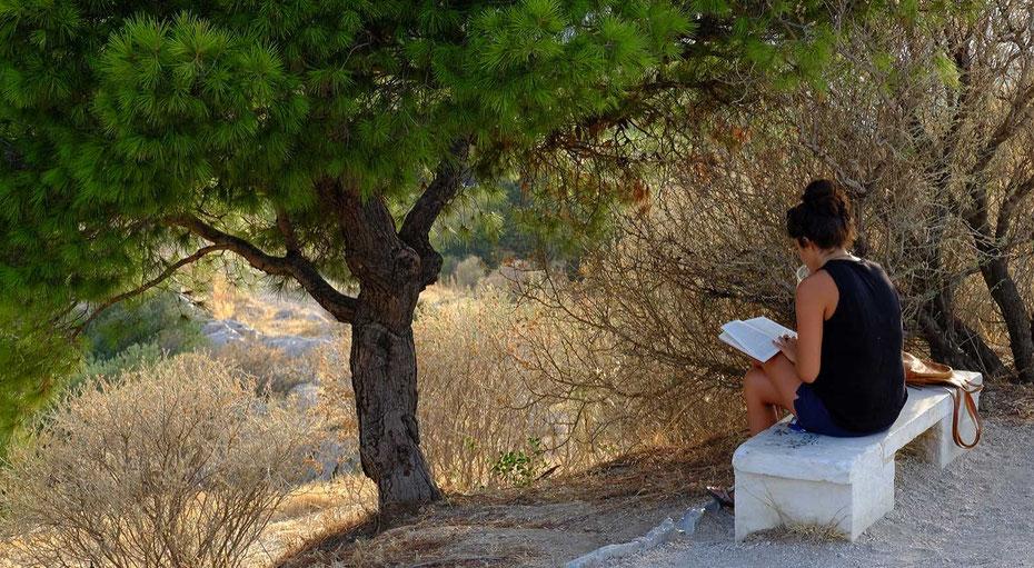 Voyage, Grèce, Athènes, ville, colline de Filopappou, personnage, crépuscule, lecture, street photo, couleurs, calme, silence, Mathieu Guillochon photographe