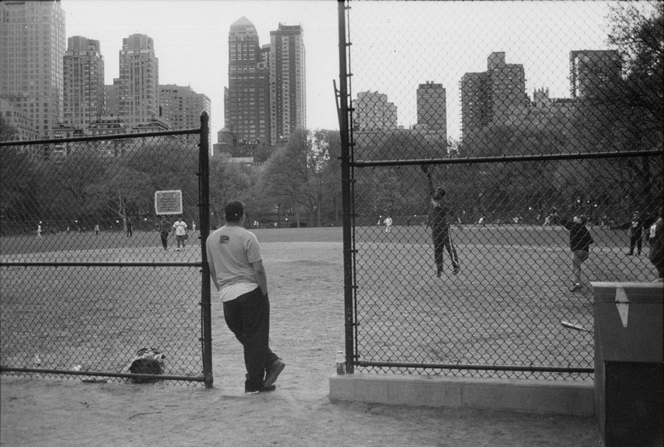 Mathieu Guillochon photographe, USA, New York City, Manhattan, central park, voyage, soft ball, playground, joueurs, noir et blanc, argentique, street photo.