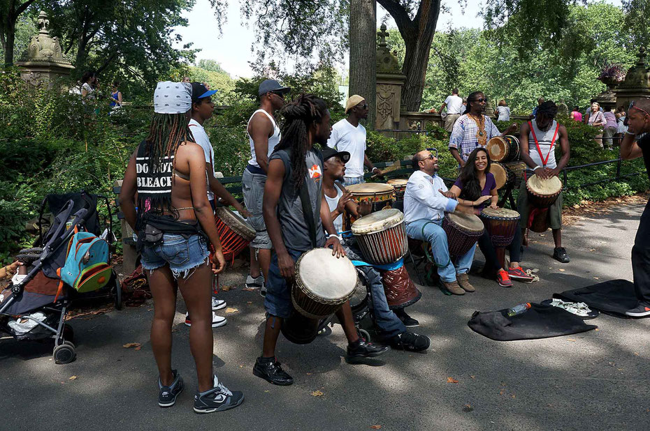 "Mathieu Guillochon photographe, USA, New York City, Manhattan, central park, voyage, musiciens, percussions, jeune femme avec un t-Shirt ""do not bleach"", street photo."