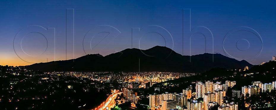 Vista nocturna de Caracas con el Parque Nacional El Ávila de fondo