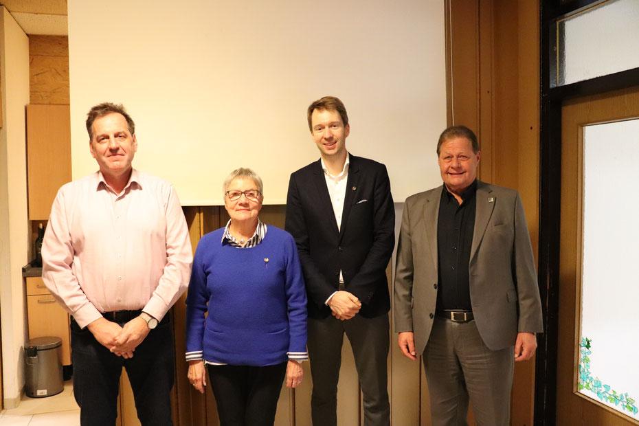 Von links: Jürgen Pankow, Brigitte Klugmann und Jan Christoph Dingeldey mit dem 1. Vorsitzenden Harald Gries