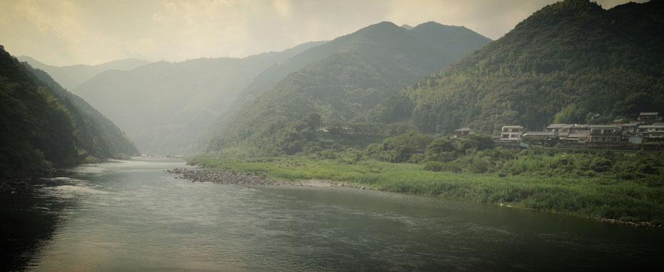 気温は37℃、川に飛び込みたい