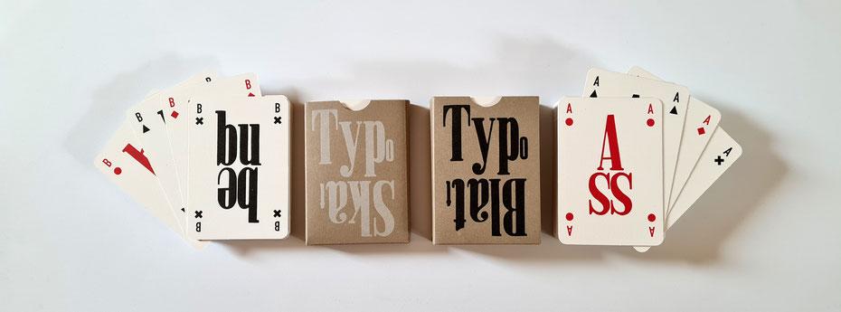 Das TypoSkat mit 32 und das große TypoBlatt mit 58 Spielkarten inklusive Jokern nebeneinander
