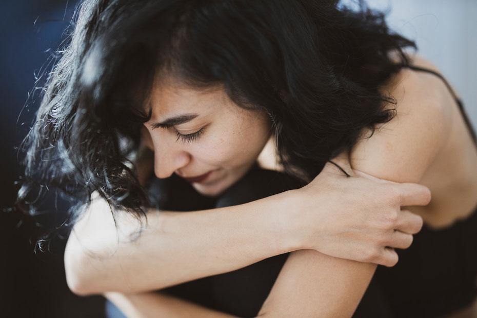 Enttäuscht, traurige Frau, die gerade von ihrem Partner sitzengelassen wurde