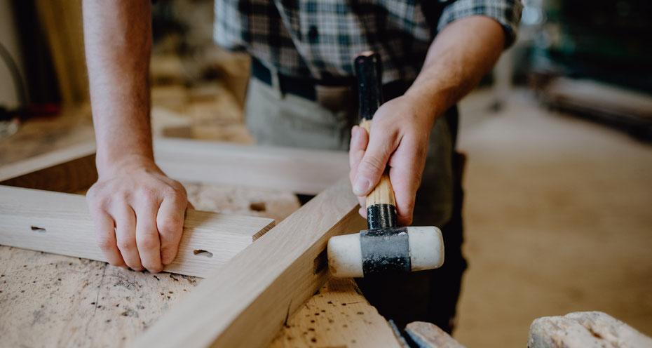Ich stehe mit Rat und Tat zur Seite, mit fachlichen Tipps würden viele selbstreparierte Möbel noch lange gute Dienste tun.