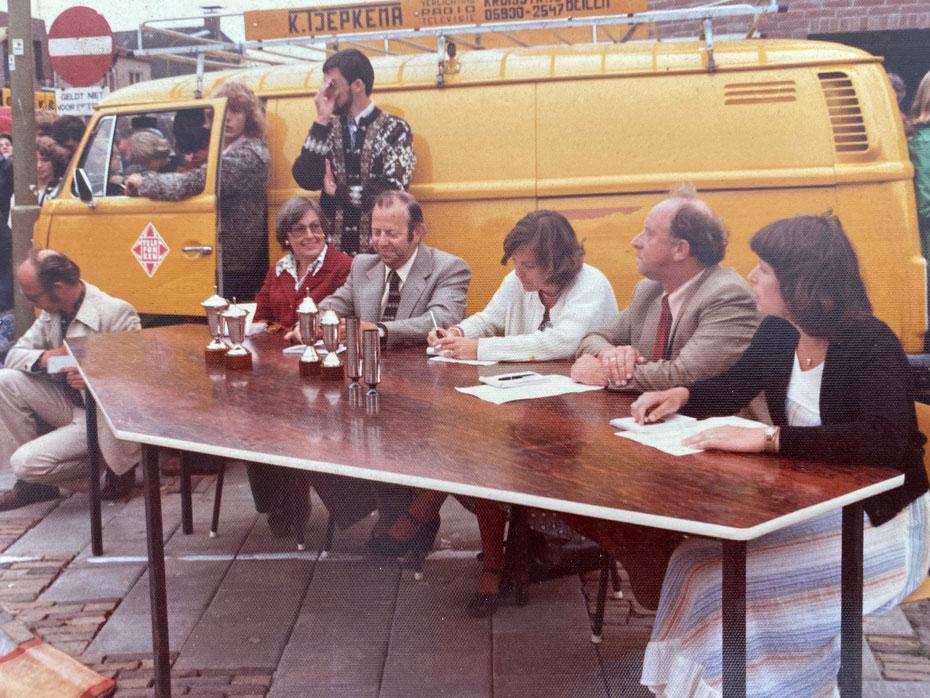 Dit is de enige foto van oom John - de man links, de man rechts is mijn vader - die ik heb (kunnen vinden). Mijn vader was van de filmpjes, maar die zijn niet digitaal.