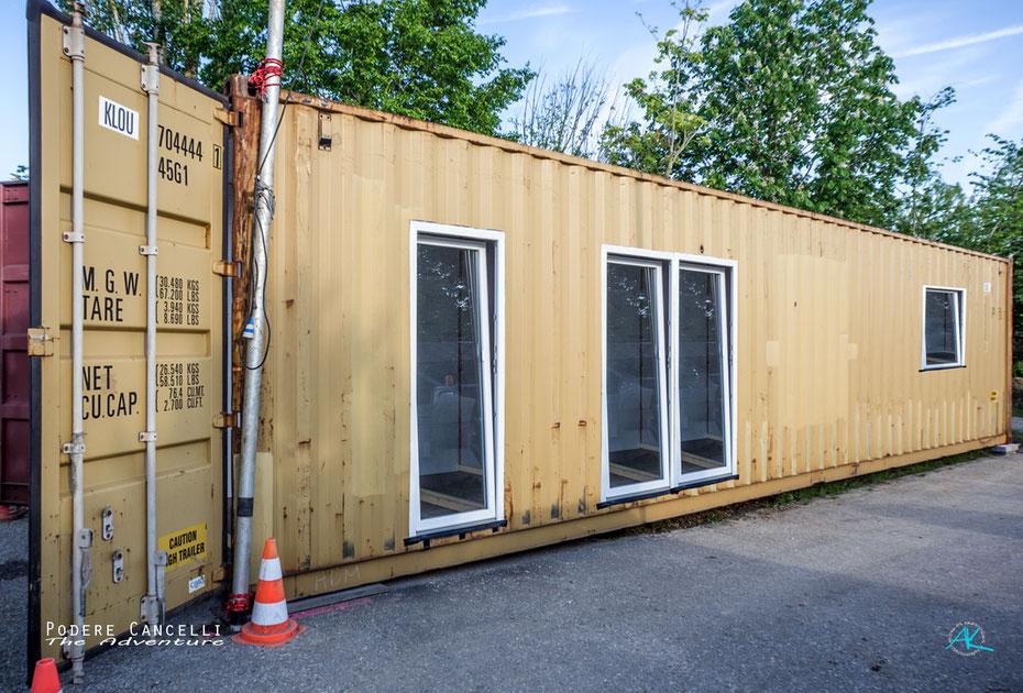 Zwischenstand: So sieht der erste Seecontainer nach Einbau der Fenster und Wärmedämmung aus.