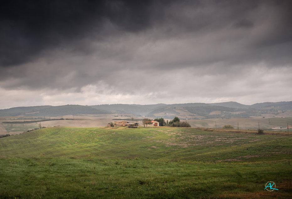 Dramatische Wolken überm Podere, aber mildes, warmes Herbstwetter