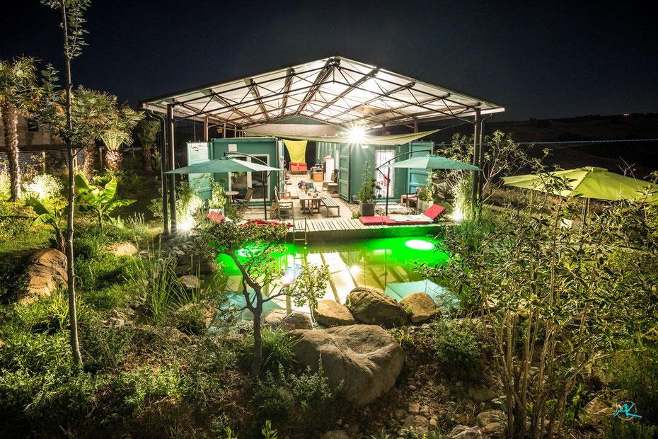"""Unser Zuhause, zwei Seecontainer unterm """"Heudach"""". Der Garten entwickelt sich, der Koi- und Badeteich ist bei der Hitze ein Traum!"""