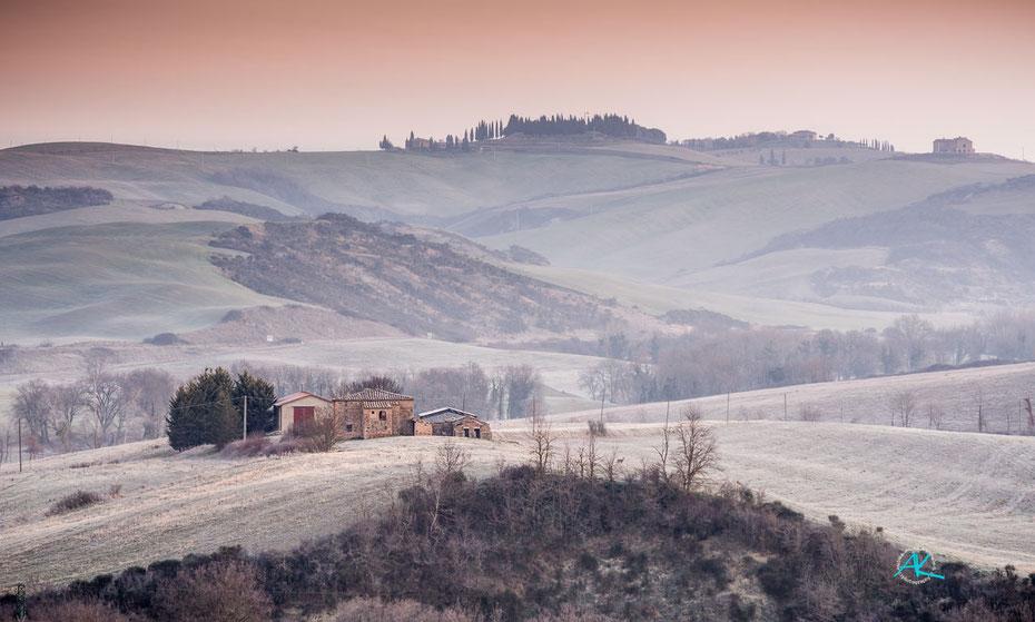 Podere Cancelli, Ansicht von Süden, vor Sonnenaufgang beim ersten Morgenrot