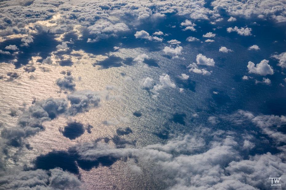 Knisperei aus dem Flugzeug ist eigentlich nicht meins, diese Szene fand ich jedoch richtig schön: der leichte Farbverlauf ergab sich durch die Lichtbrechung in der Scheibe… (B1615)