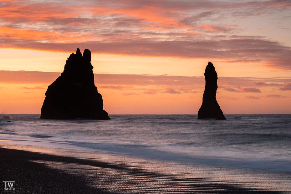 Und schließlich am Morgen, etwas näher an den bekannten Felsen des Reynisfjara Strandes, eine klassische Ansicht… (B1609)
