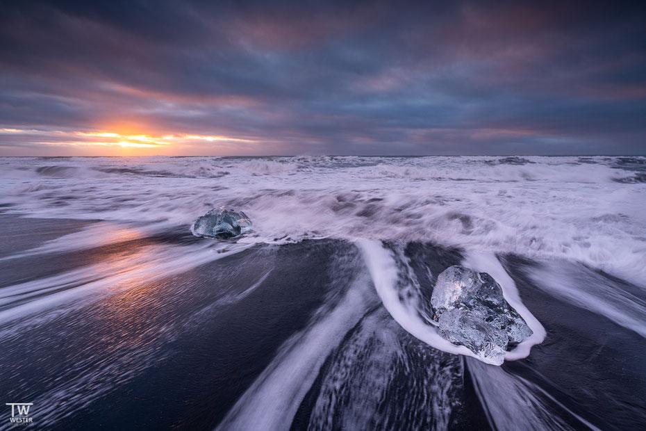 Zurück zum Diamond-Beach. Die nachfolgenden vier Bilder zeigen einmal die farbliche Bandbreite, die dort möglich ist. Getoppt wird das nur noch von den unterschiedlichen Formen der Eisbrocken, das folgt in der nächsten Serie (B1597)