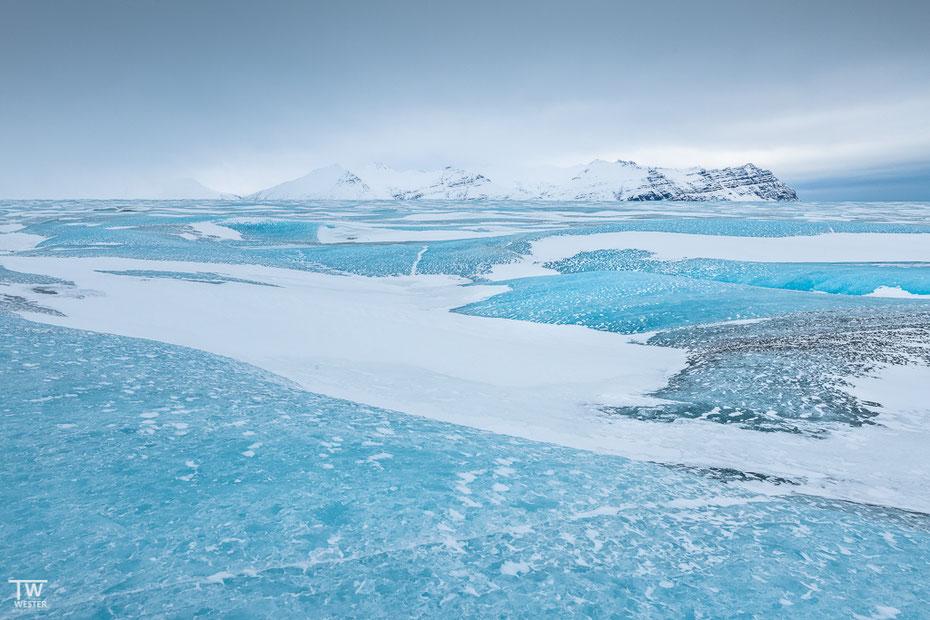 In diesem Jahr ging es mit einem Guide auf den Gletscher hinauf – auf dem größten Gletscher Europas (Vatnajökull) zu gehen, war faszinierend. Wo man hinsieht: blaues Eis (B1599)