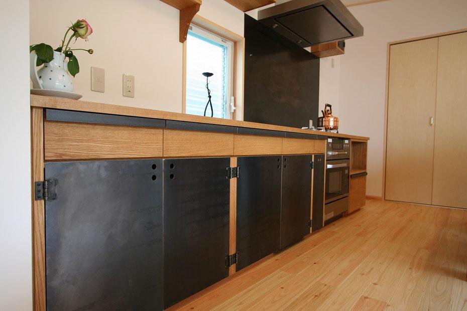 鉄と木のキッチン オークのキッチン 鉄のキッチン 鉄の扉  オーダーキッチン 造作キッチン