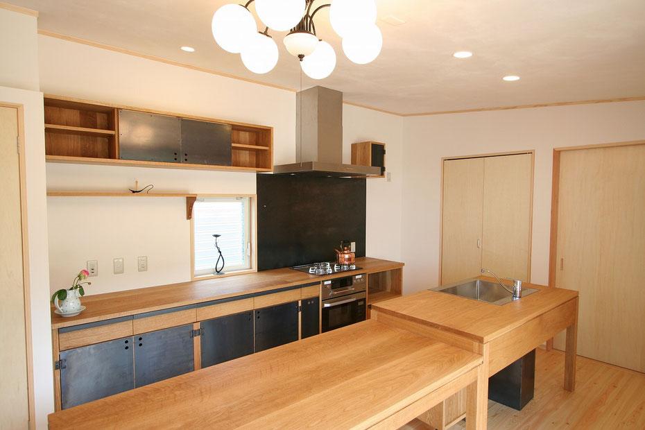 鉄と木のキッチン オークキッチン 黒皮鉄 オーダーキッチン 造作キッチン