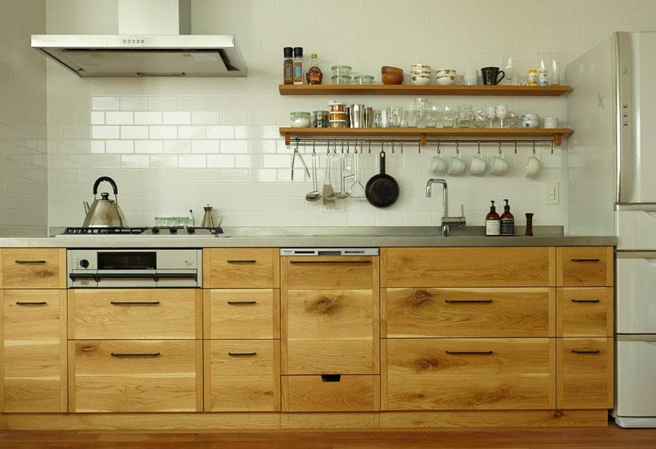 ナラ無垢材の壁付きキッチン