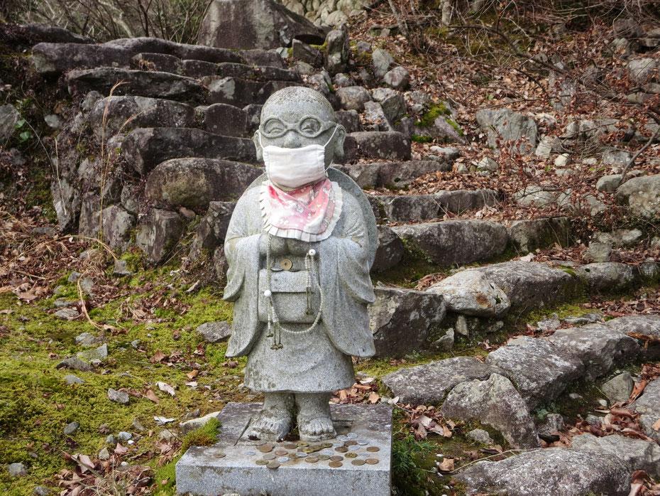 永源寺の参道、マスク姿のお地蔵さんがお出向い 京都観光タクシー 英語通訳ガイド 永田信明