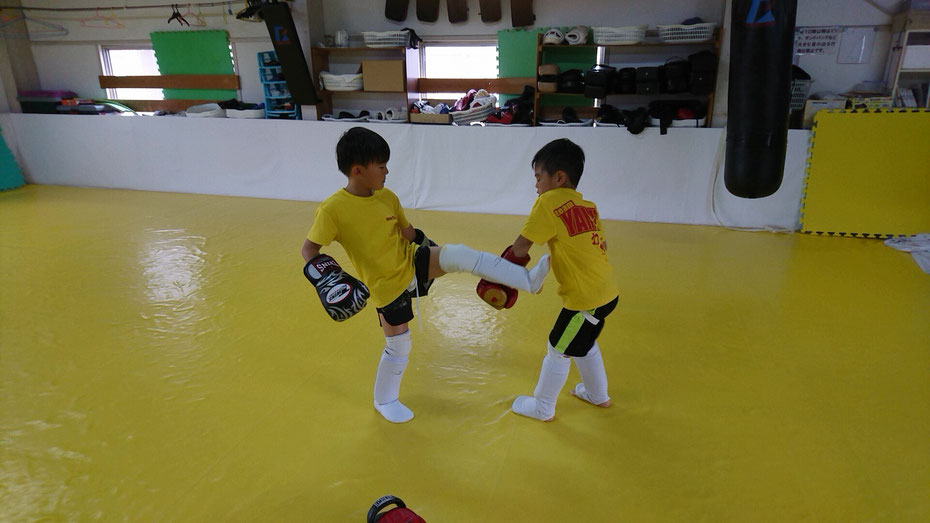 teamYAMATO奈良新大宮支部でキックボクシングの連取をする小学生。