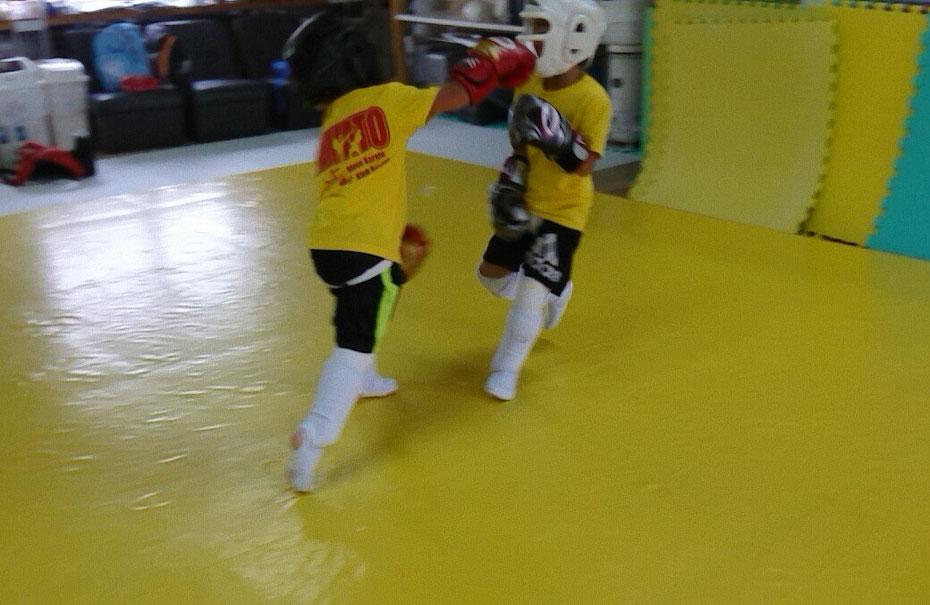 キックボクシングteamYAMATO奈良新大宮支部のスパーリング。小学1年生です。