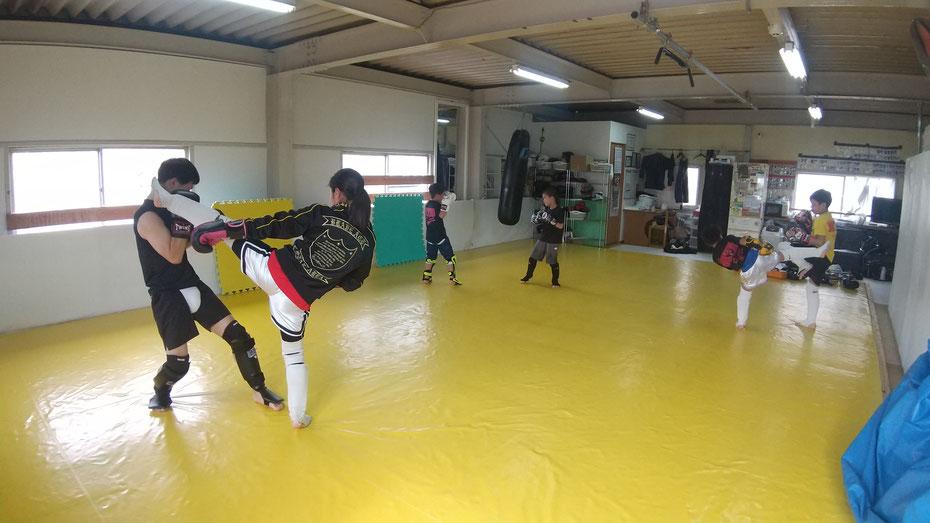 キックボクシングの体験練習に来てください。格闘技をするならキックボクシングです。空手や柔道経験者優遇。