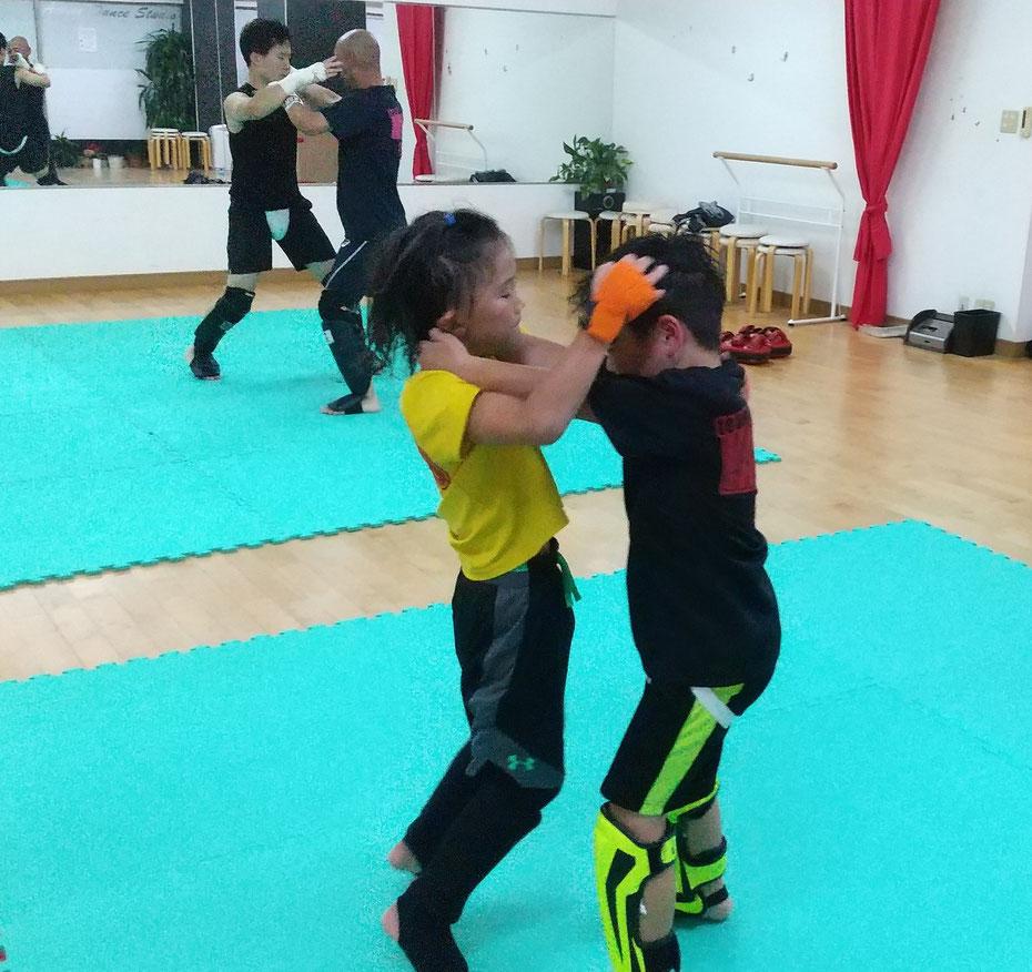 キックボクシングの練習は強い体と心をはぐくみます。