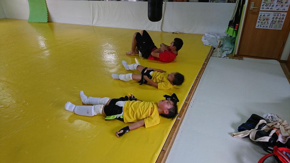 筋トレ。ラストの首上げはキックボクシングには大切な補強。頑張ってしましょう。
