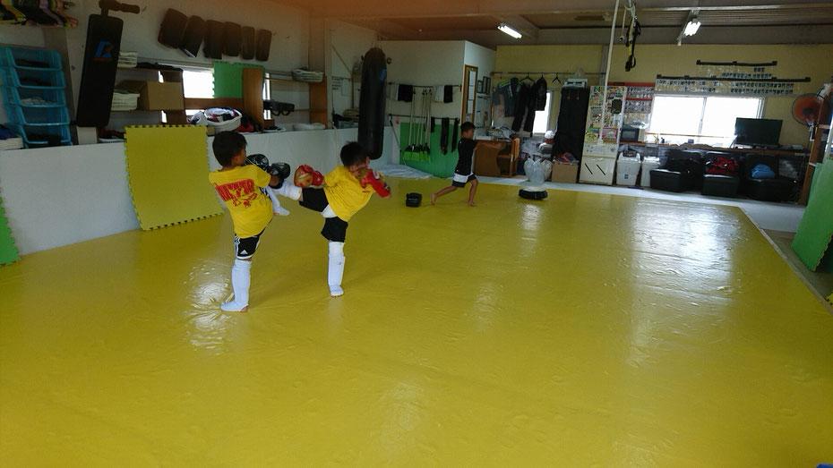 空手道場からキックボクシングに体験練習。空手からの転向もteamYAMATO奈良新大宮支部にはいます。