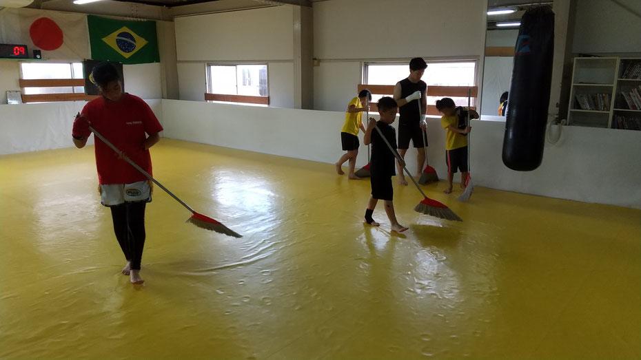 女性、中学生もキックボクシングを楽しんで練習しています。天理市からも近いです。