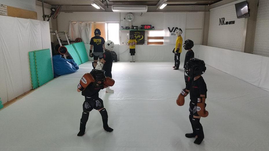 奈良県奈良市のteamYAMATO奈良北支部【西大寺】では、空手、柔道、他の格闘技経験者多数がキックボクシングしています。