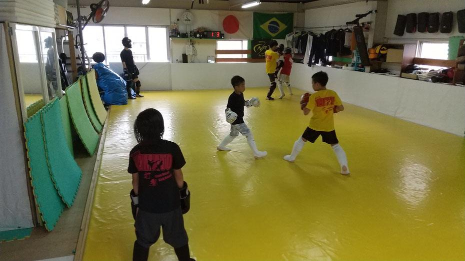 奈良県奈良市のキックボクシングteamYAMATO奈良新大宮支部では空手、カラテ経験者が多数います。ガチスパーリングしました。