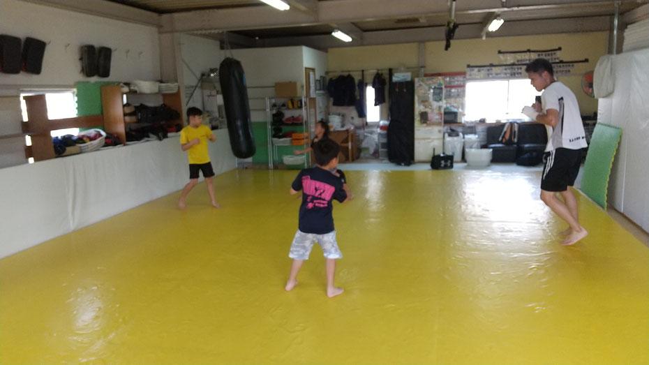 奈良県奈良市のteamYAMATO奈良北支部【新大宮】では、ボクシング、空手、柔道、他の格闘技経験者多数がキックボクシングしています。
