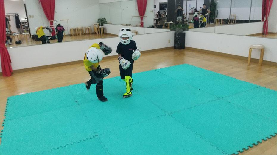 奈良県奈良市のキックボクシングteamYAMATO奈良北支部【西大寺】では空手、カラテ経験者が多数います。ガチスパーリングしました。