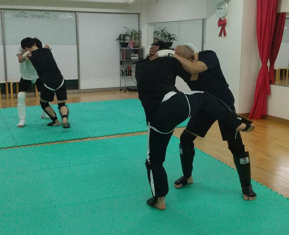 奈良県奈良市のteamYAMATO奈良北支部【新大宮】では、空手、柔道、他の格闘技経験者多数がキックボクシングしています。