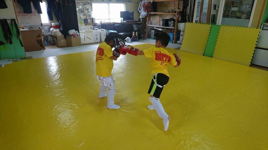 キックボクシングのディフェンス練習。teamYAMATO奈良新大宮支部では、小学1年生が頑張ってます。
