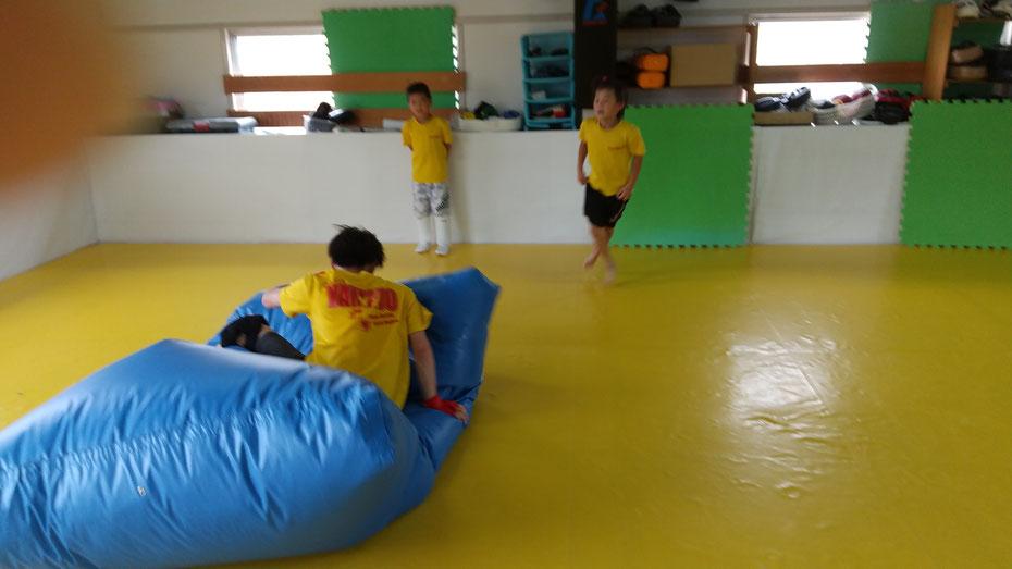 練習後にクッションマットを使って胴回し回転蹴りの練習。空手の技も使います。
