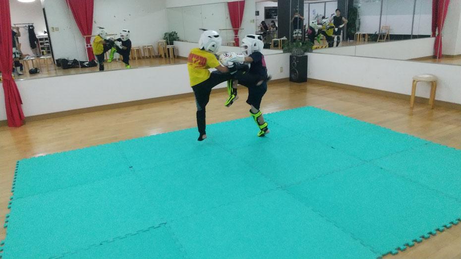 奈良県奈良市西大寺でのキックボクシングの練習。空手、柔道、格闘技経験者募集中。楽しくグローブ空手、キックボクシングしましょう。